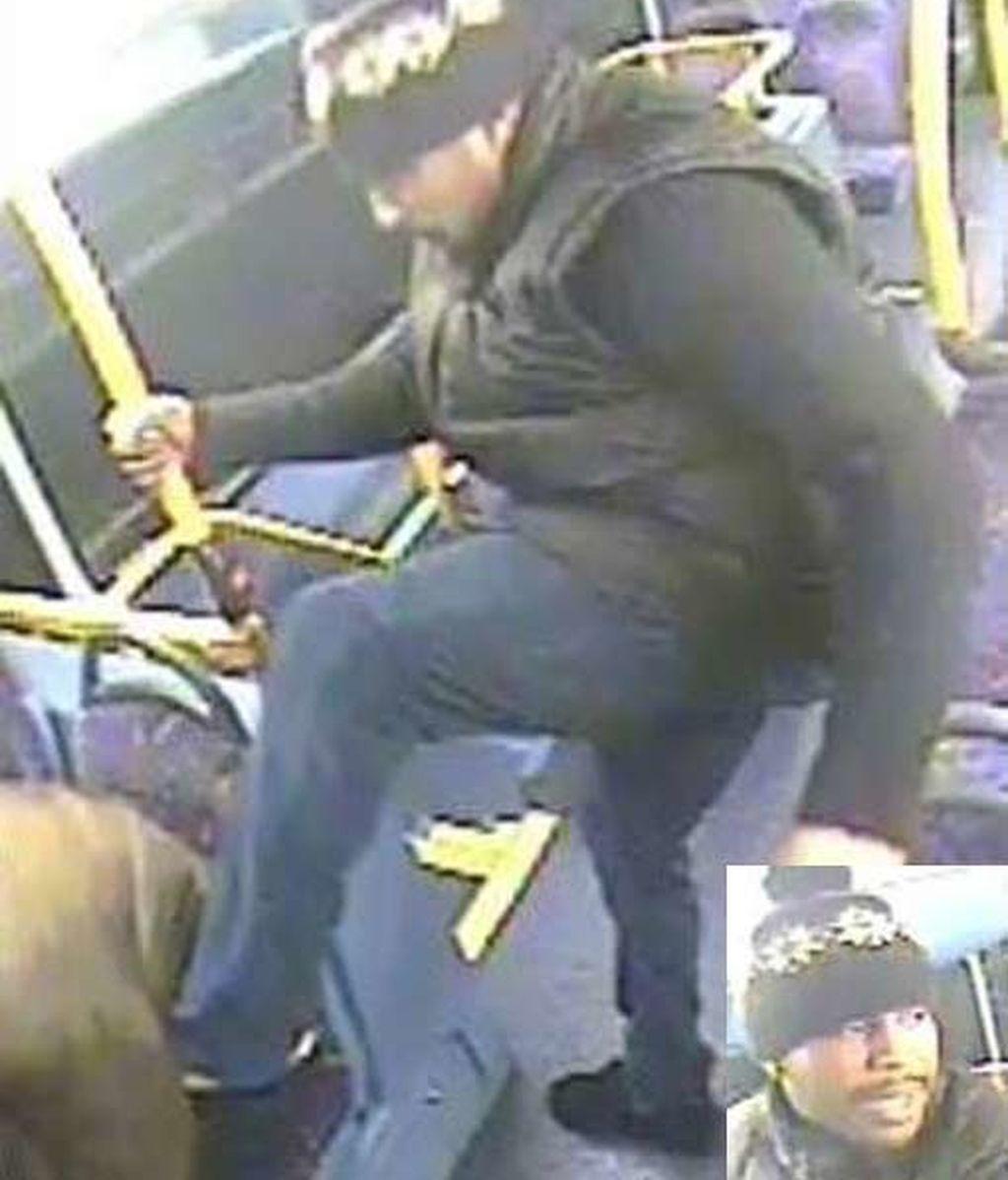 Le rompen la nariz en un brutal ataque por la espalda en el autobús
