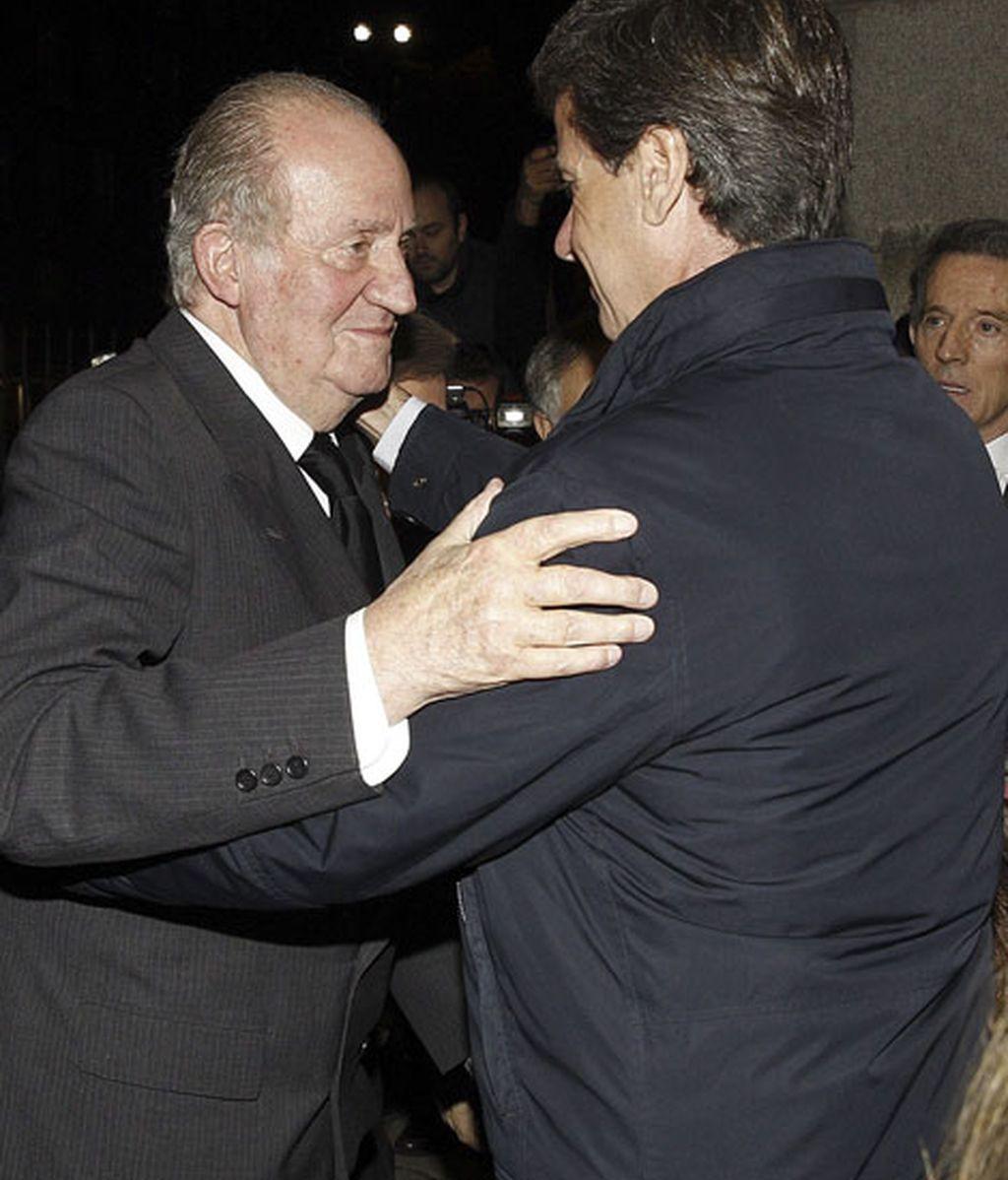 El rey Juan Carlos abrazó a Cayetano Martínez de Irujo