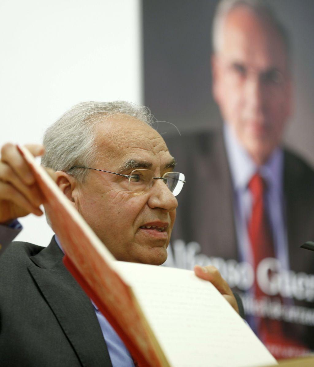 Alfonso Guerra durante la presentación de sus memorias