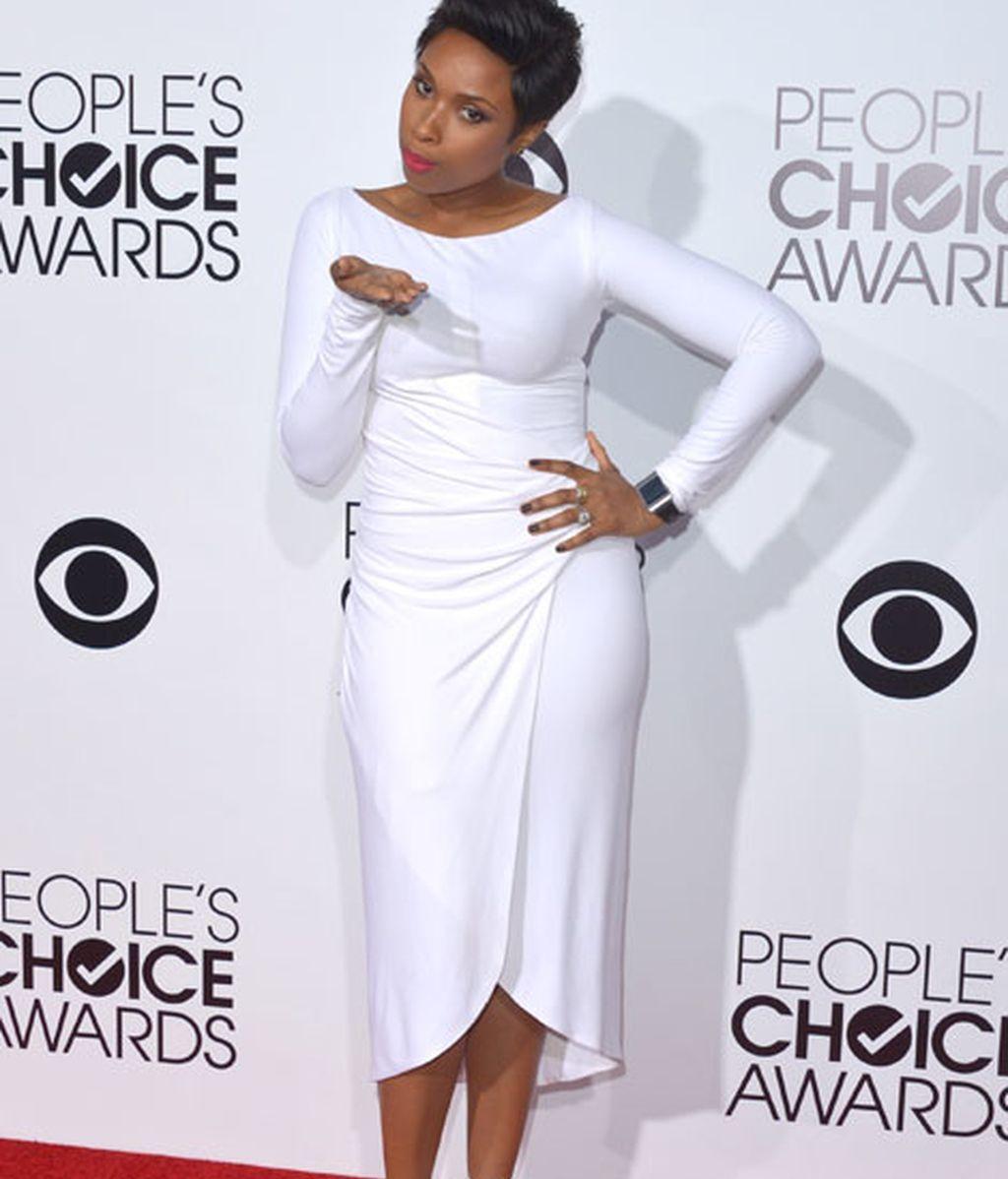 Jennifer Hudson lució figura con un ajustado vestido blanco