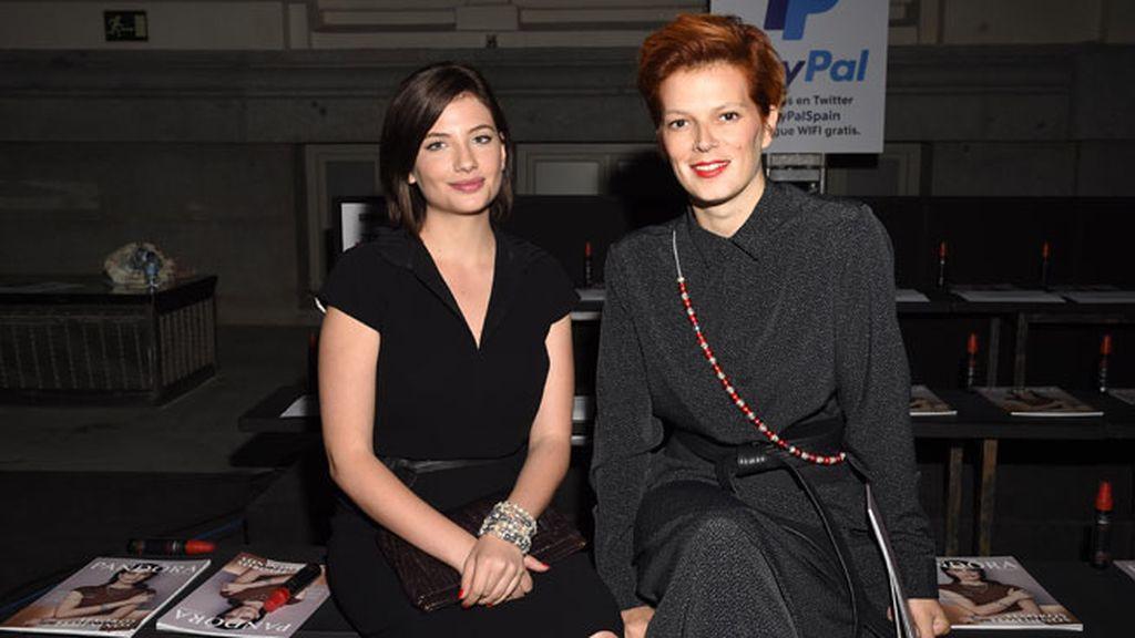Ambas con distintos tonos de negro, Miriam Giovanelli y Bimba Bosé