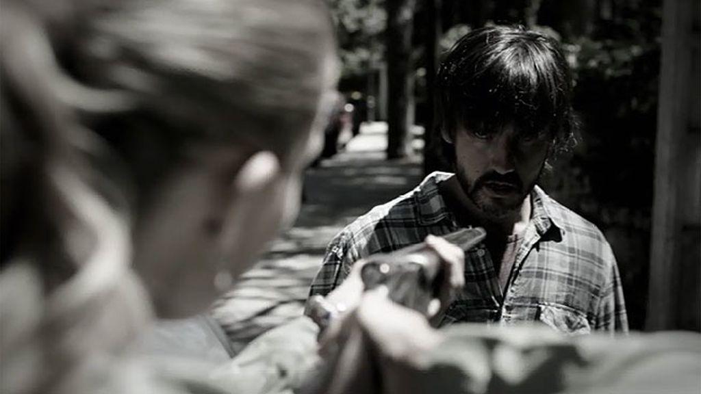 El hombre sin rostro invade el cuerpo de Gabriel para atacar a Alba