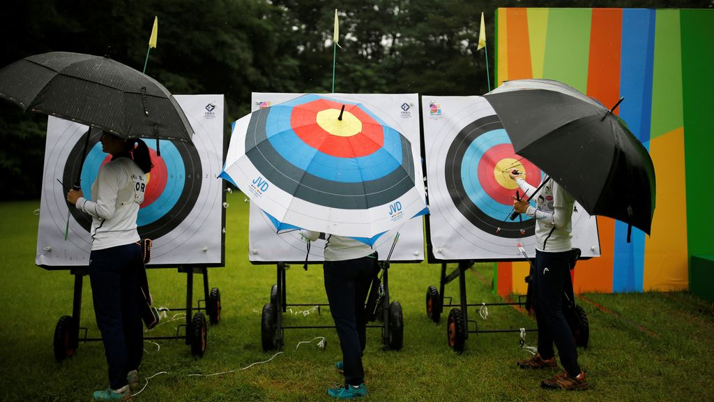 Atletas coreanos de tiro con arco se refugian de la lluvia (05/07/2016)