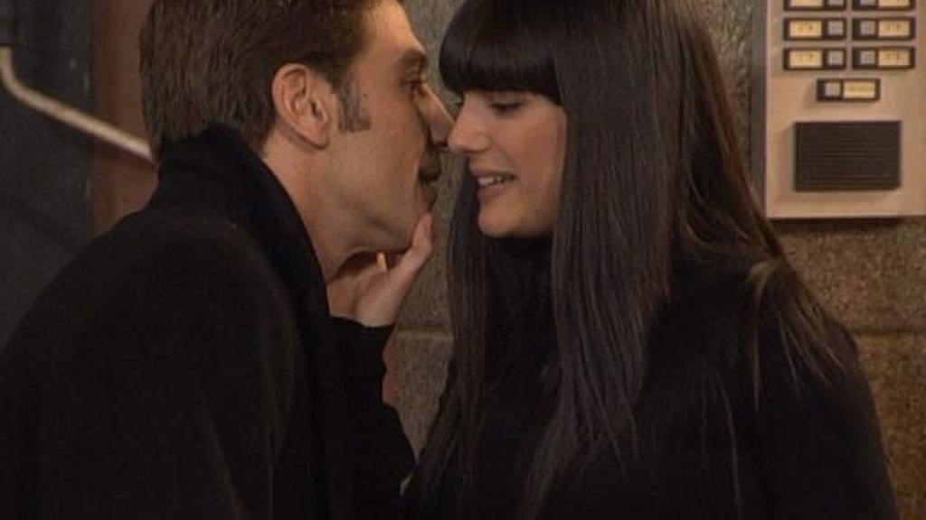El beso de Rebeca y Eduardo