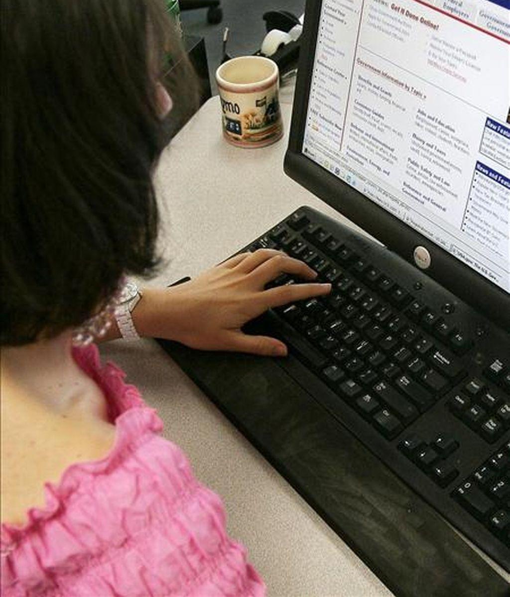 Una usuaria de Internet. EFE/Archivo