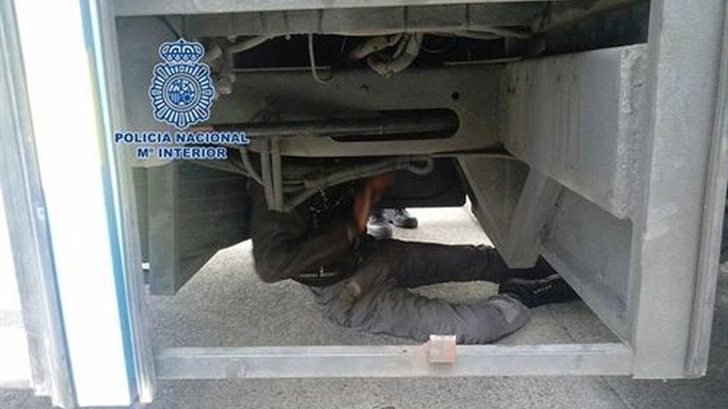 Localizado un inmigrante oculto en los bajos de un camión que llegó al Puerto de Motril