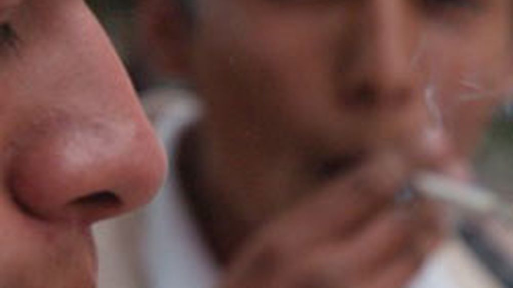 Desde el 2 de enero, quedaba prohibido fumar en lugares públicos. Vídeo: Informativos Telecinco