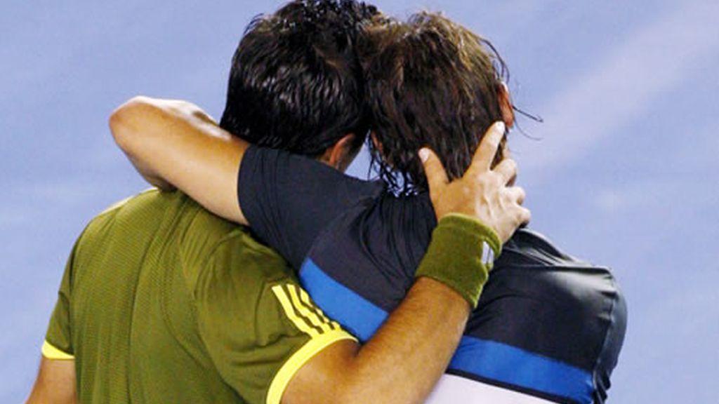 Rafa Nadal y Fernando Verdasco se abrazan tras disputar la semifinal del Open de Australia