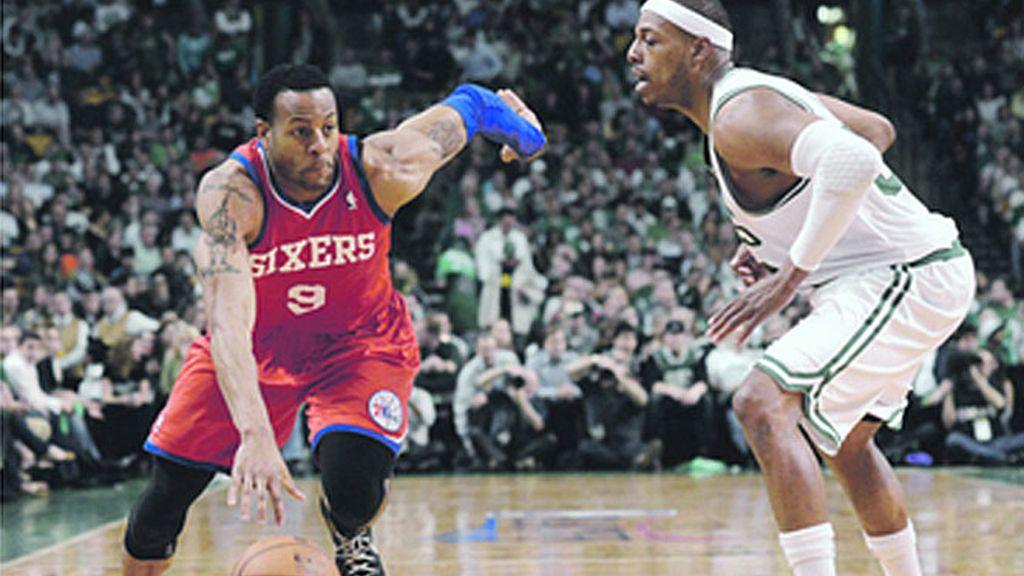 El líder de los Sixers de Philadelphia, Iguodala (9) intenta meterse ante la marca de Pierce, de los Celtics