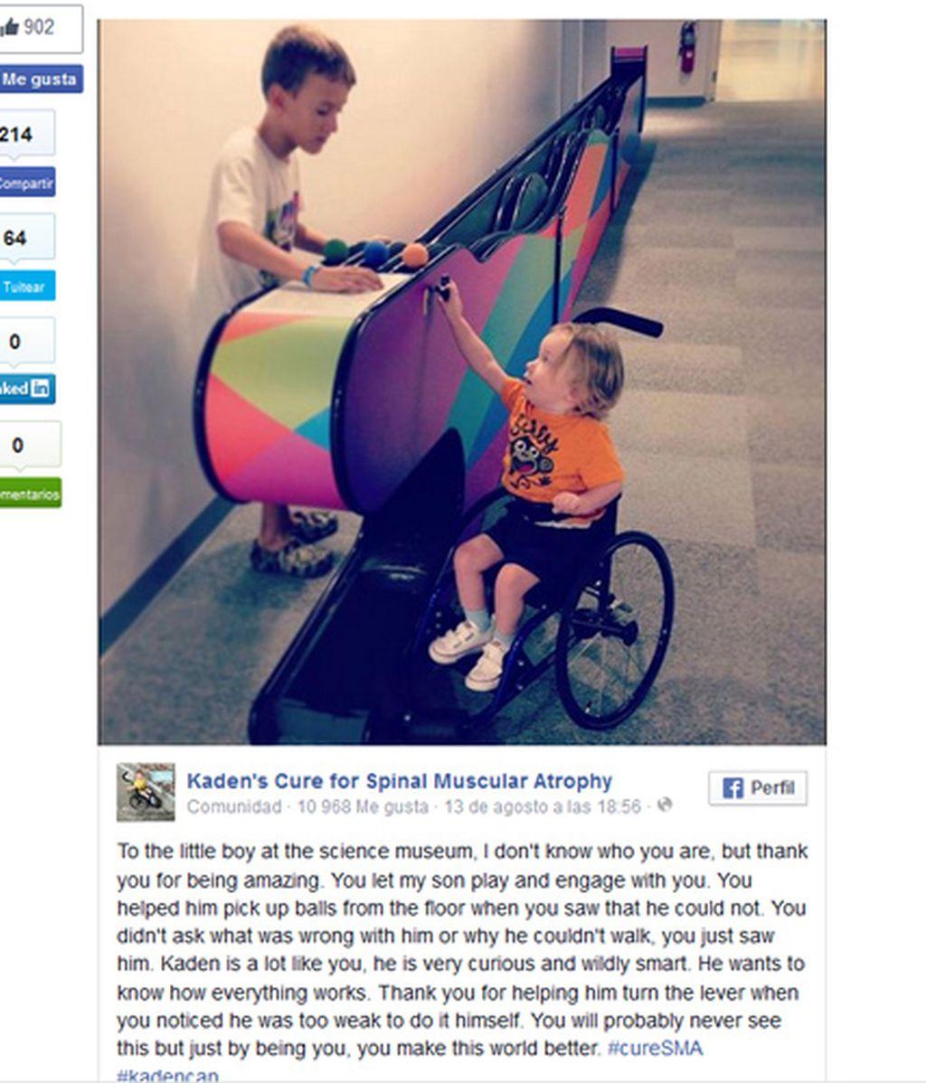 La foto de un niño que atiende a otro con discapacidad sin diferencia alguna se convierte en viral