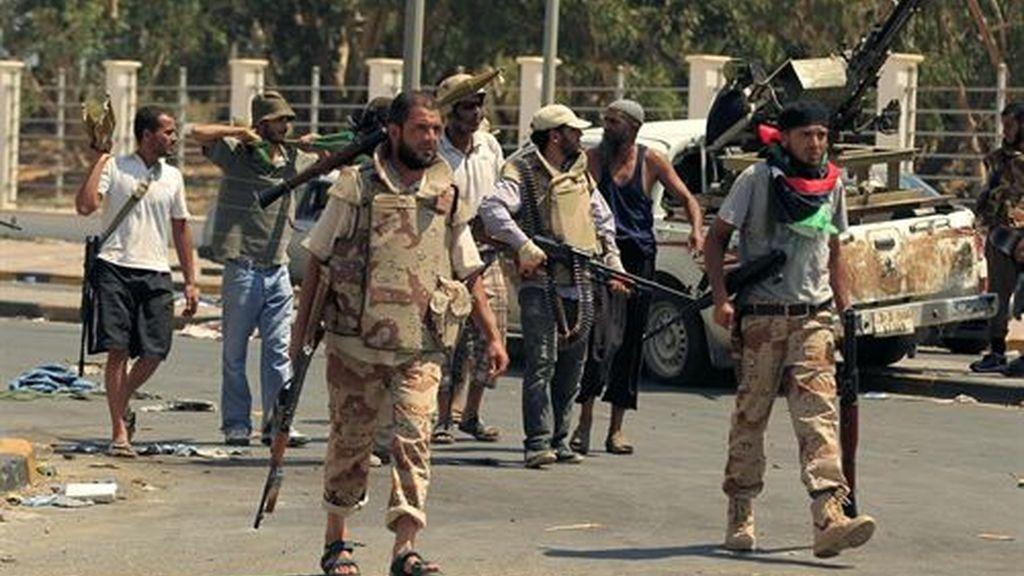 Los rebeldes ocupan Trípoli mientras buscan donde se esconde el líder libio Muammar Gadafi.