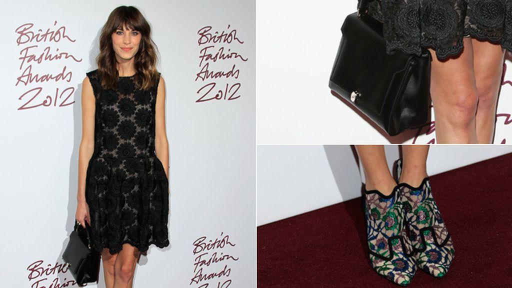 Alexa Chung combinó un sencillo vestido de encaje con unos zapatos coloridos