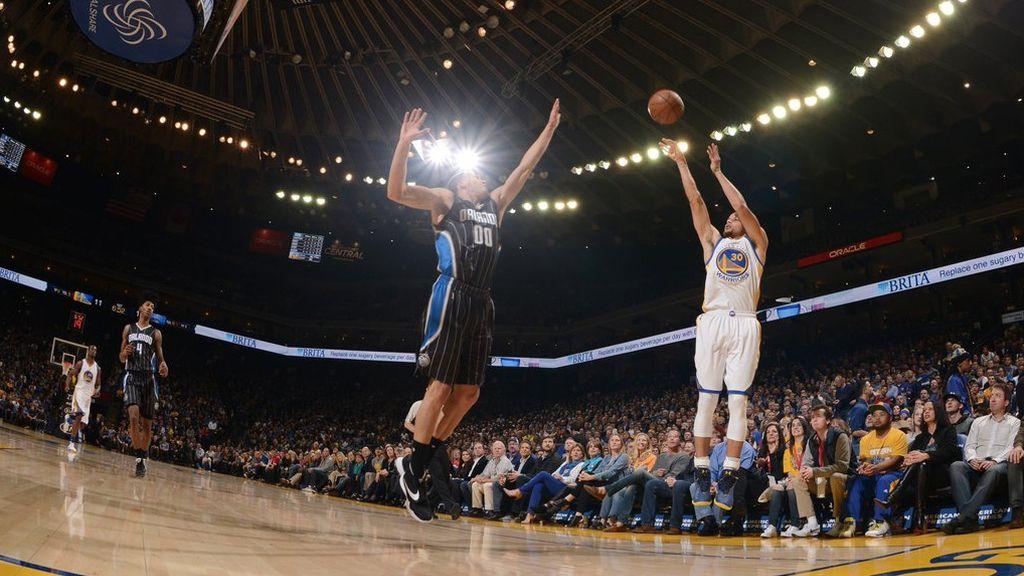 Stephen Curry llega a los 300 triples en una temporada