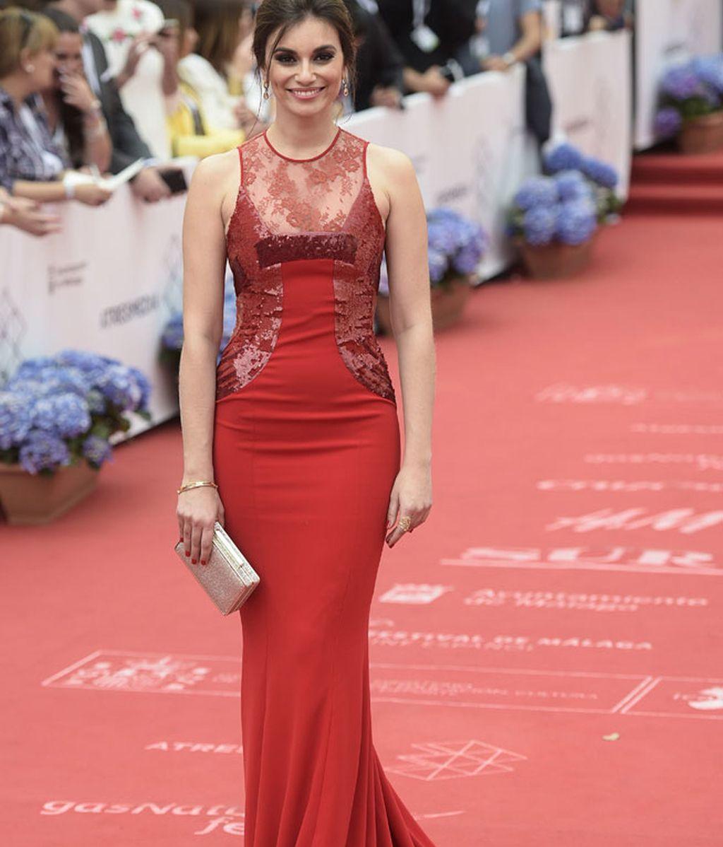 La actriz Norma Ruiz eligió vestido rojo con lentejuelas y encaje
