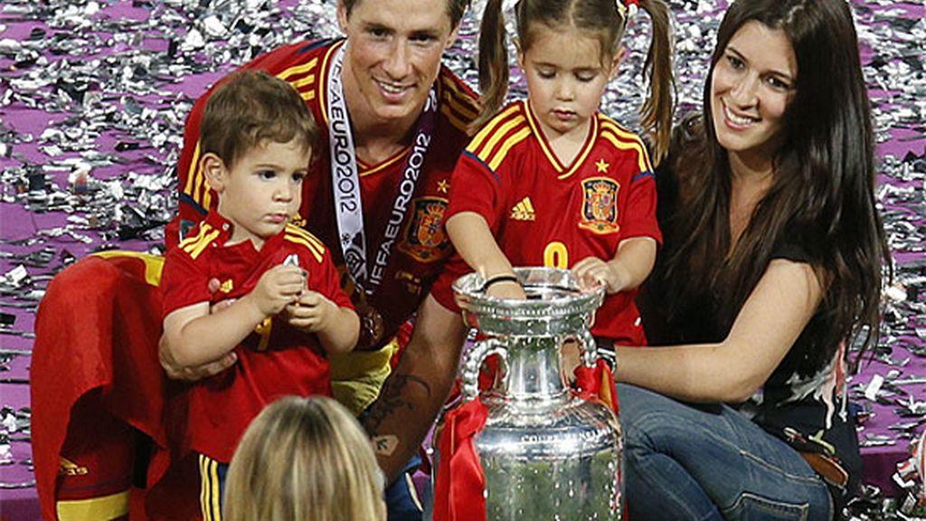 Fernando Torres con su mujer, Olalla, y sus dos hijos, Nora y Leo
