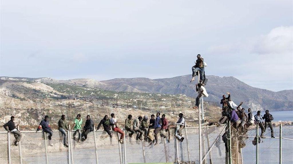 Un grupo de inmigrantes se queda encaramado en la valla de Melilla