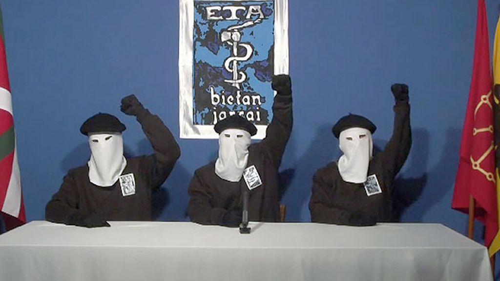 Foto de archivo de tres miembros de ETA anunciando el cese de la violencia