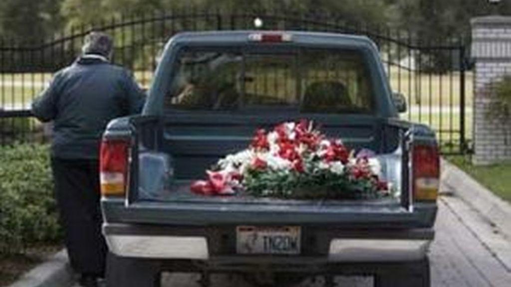 La familia Travolta no ha parado de recibir muestras de cariño en su casa de Ocala. Foto: AP