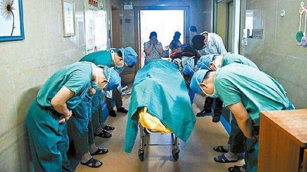 Médicos chinos se inclinan ante el cuerpo de un niño de 11 años que ha donado sus órganos
