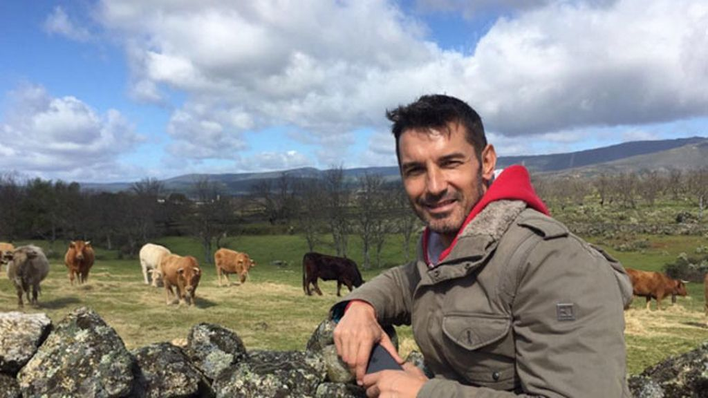 Jesús Vázquez y su posado natural en compañía de las vacas gallegas