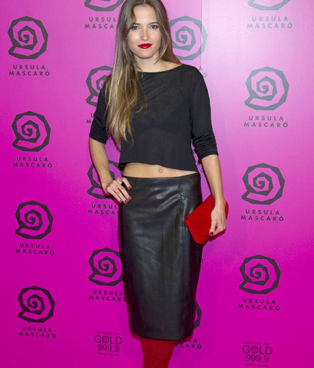 Ana Fernández, de negro y complementos rojos
