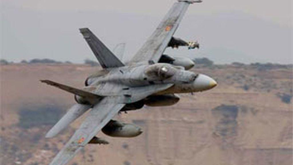 Un avión F-18 sobrevolando el campo de tiro militar de las Bárdenas Reales. Vídeo: ATLAS