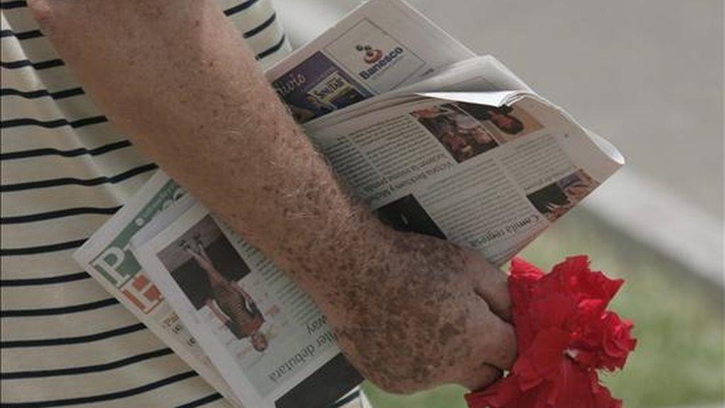 Venezuela celebró este jueves el Día Internacional del Libro a la manera de la tradición catalana de Sant Jordi, con una rosa por cada ejemplar adquirido, en la caraqueña plaza de Altamira. EFE