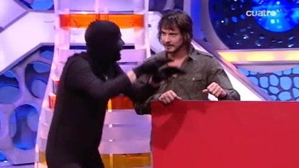 Jandro enseña algunas técnicas de camuflaje a David Janer