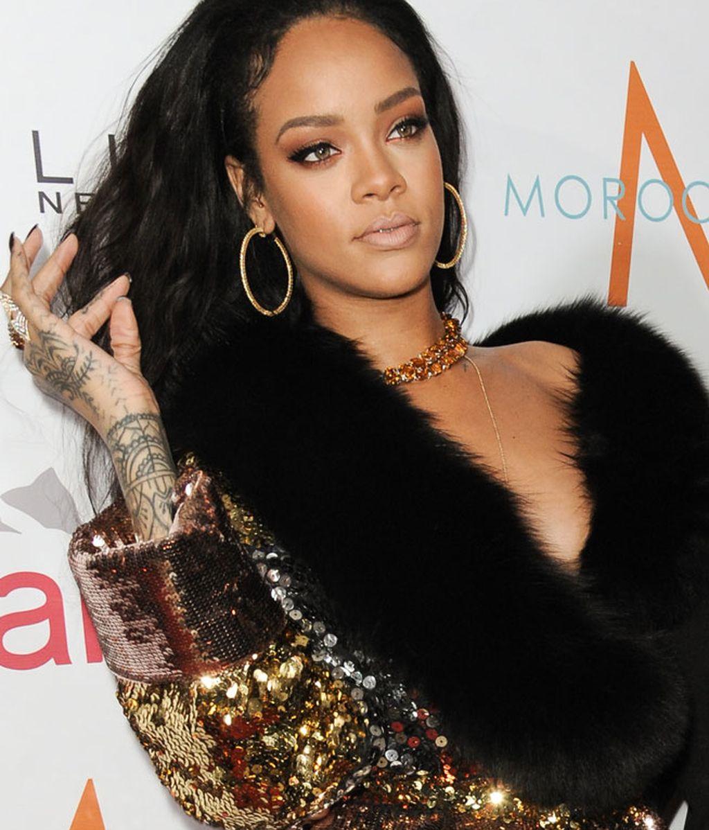 Rihanna lució abrigo de pelo y lentejuelas