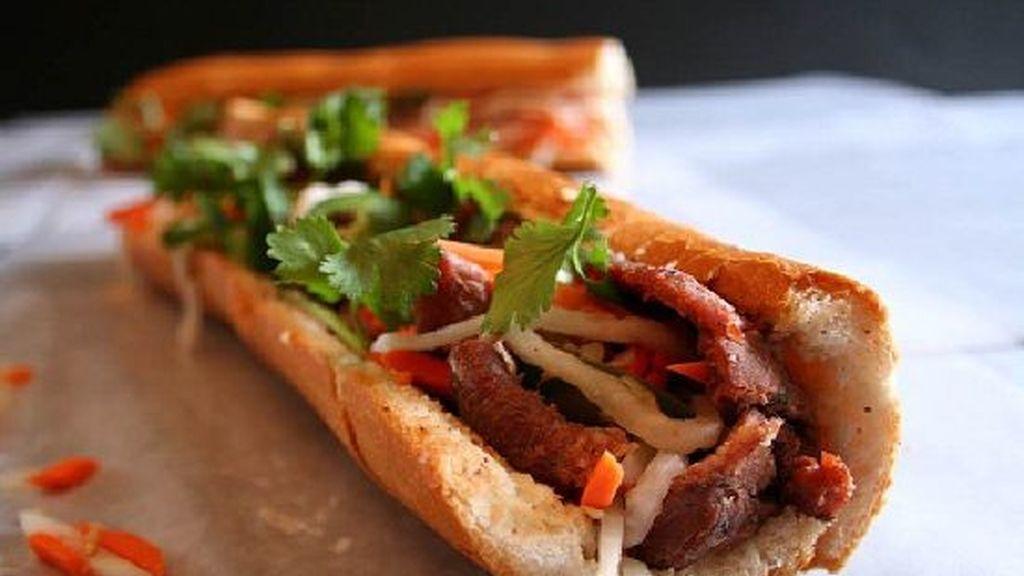 Los vietnamitas preparan el Banh mi