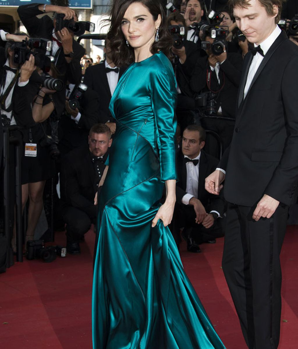 Rachel Weisz vestido de manga larga y textura satinada de Prada