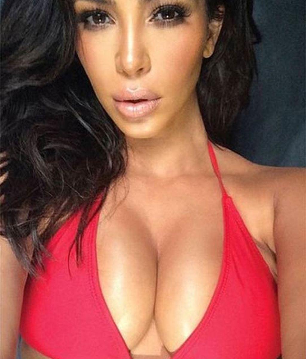 Kim Kardashian presume de pechos en su libro 'Selfie'