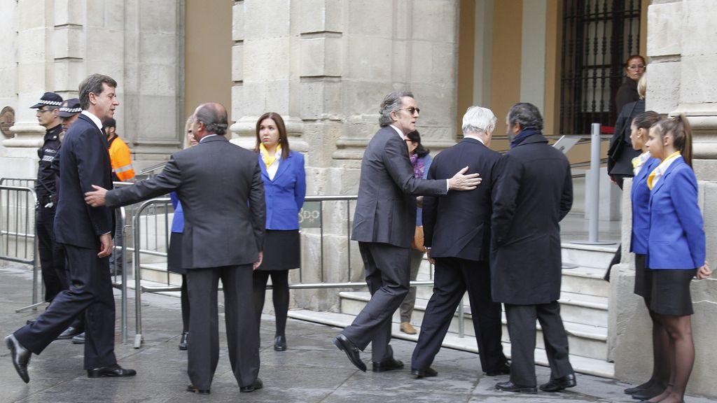 Alfonso Díez y Cayetano Martínez de Irujo llegan a la capilla ardiente