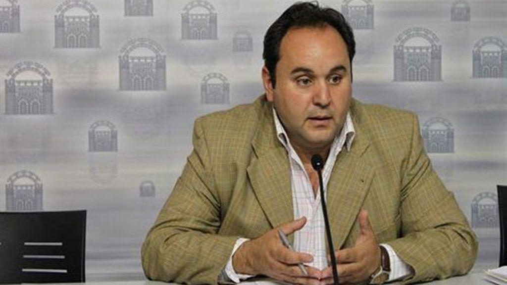 El portavoz del Ayuntamiento de Mérida reduce en su casa a un atracador