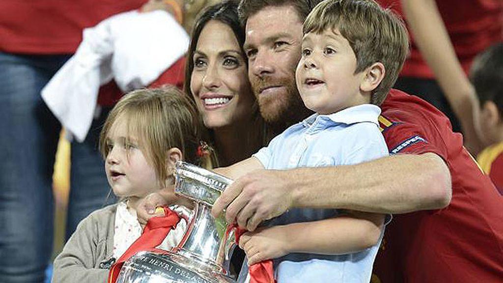 Xavi Alonso con sus hijos, Jon y Anne y su mujer, Nagore Aramburu
