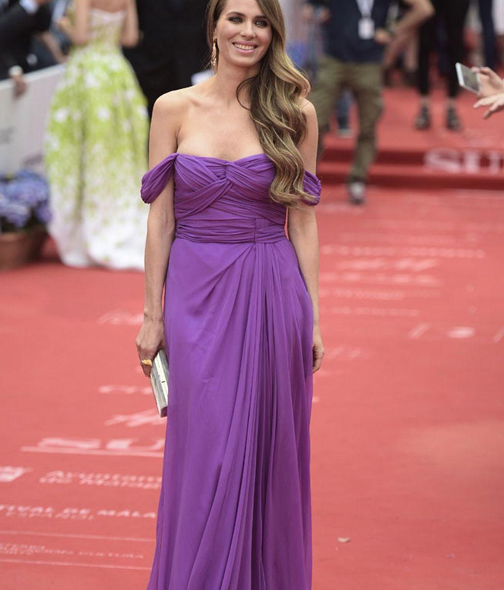 Vanesa Lorenzo optó por un vestido de gasa drapeado en tono violeta