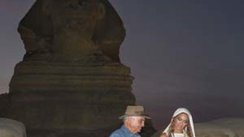 Beyoncé, vestida de blancoy con el cabello cubieto, junto a Zahi Hawass, durante una visita a las pirámides de Guiza. Foto:Consejo Supremo de Antiguedades de Egipto