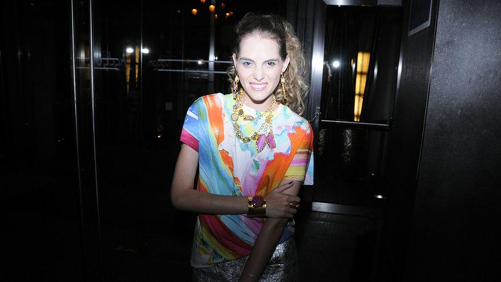 Marina Jamieson con blusa de & Other Stories y joyas de Tiara Bisutería
