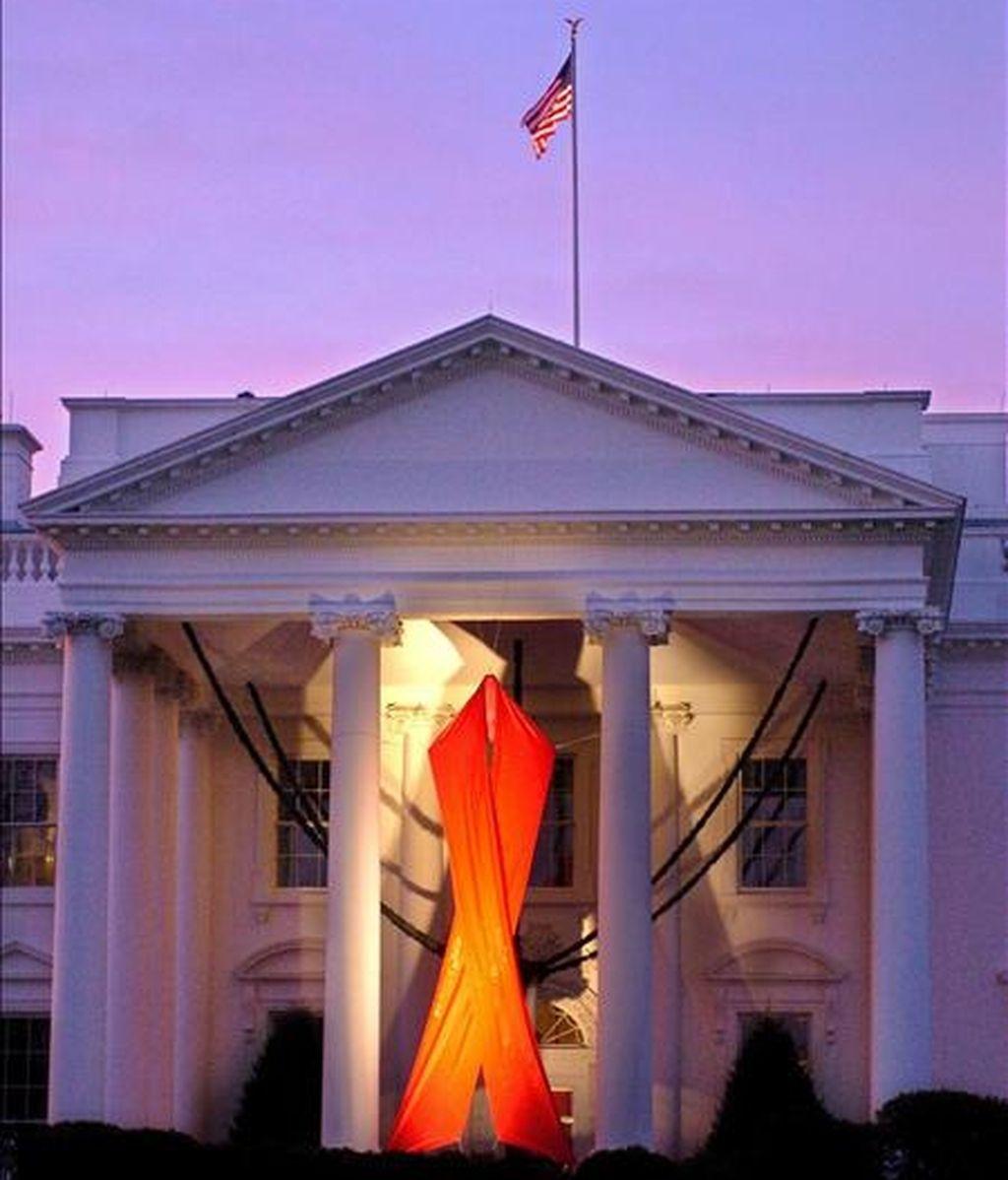 Un lazo rojo gigante cuelga en el Pórtico Norte de la Casa Blanca en conmemoración del Día Mundial del SIDA, que se celebra el 1 de diciembre. EFE/Archivo