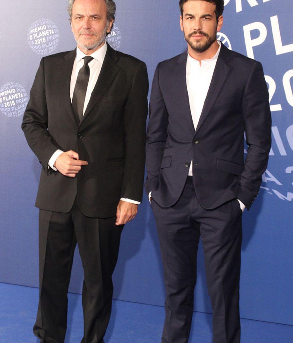 Mario Casas sin corbata y José Coronado con, pero ambos elegantes y trajeados