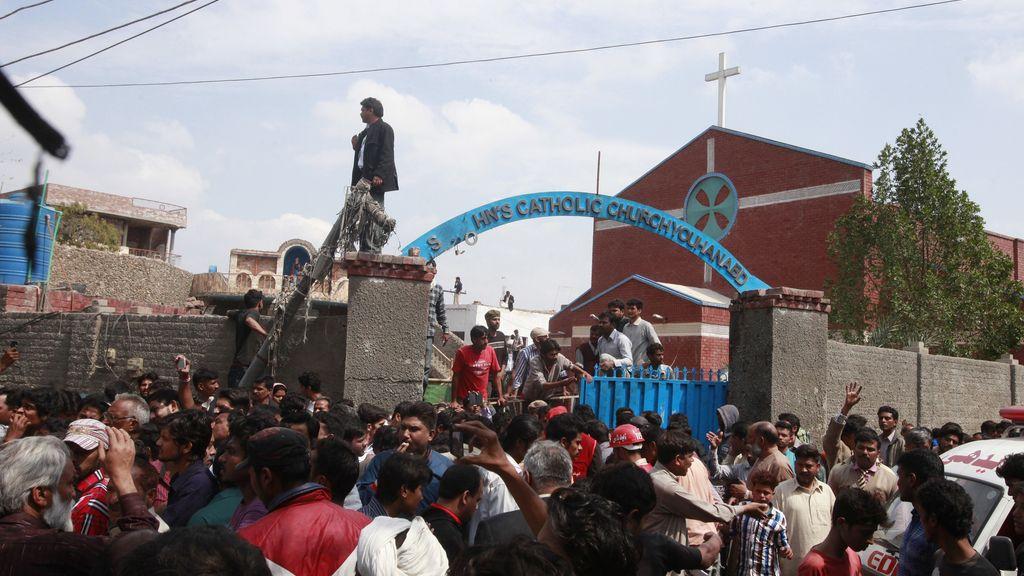 Al menos 14 muertos por atentados contra iglesias cristianas en Pakistán