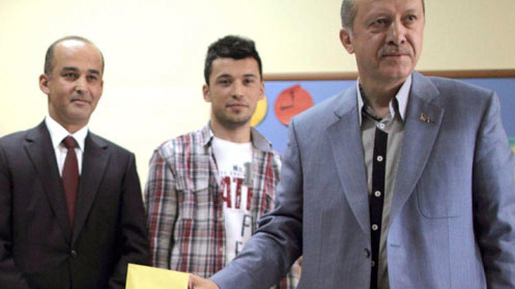 El primer ministro turco, Recep Tayyip Erdogan, habla con los medios tras votar en un centro electoral en Estambul.