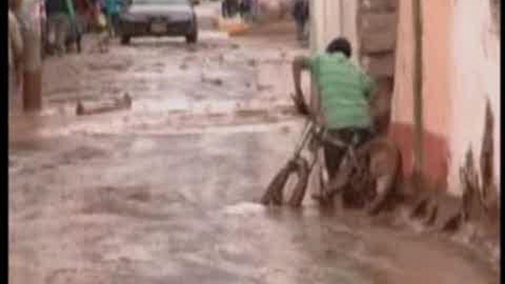 Un río desbocado inundael pueblo peruano  Urumbaba