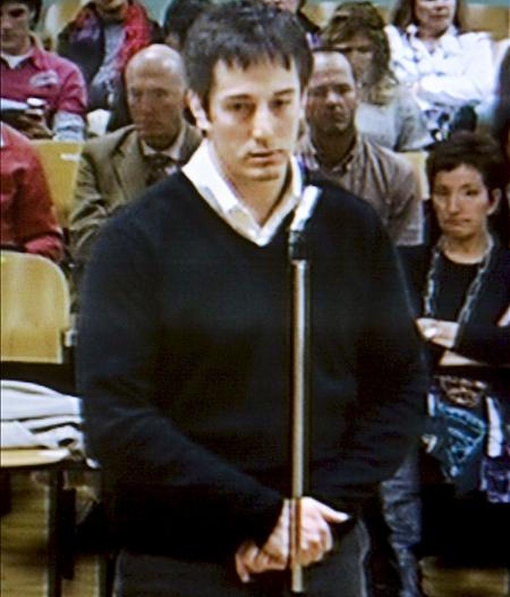 """Imagen capturada de la televisión del momento en el que José Diego Yllanes, acusado de asesinar a la joven irundarra Nagore Laffage en los Sanfermines 2008, pide perdón en su declaración final, a la víctima, a su familia y a toda la sociedad, """"con la que me siento en deuda"""". EFE"""