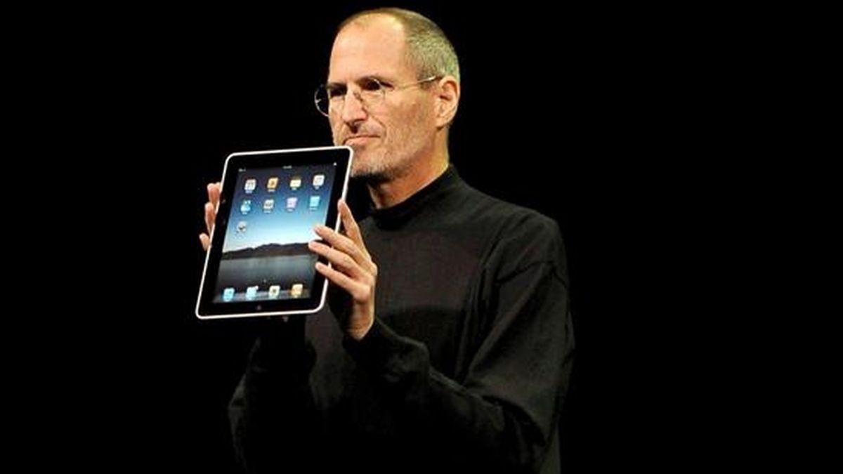 El consejero delegado de Apple, Steve Jobs, muestra en San Francisco (EE.UU.) su esperado ordenador tipo tabla, con el que, auguran ya algunos expertos, la firma californiana repetirá el éxito del iPhone y el iPod y podría ingresar miles de millones de dólares. EFE