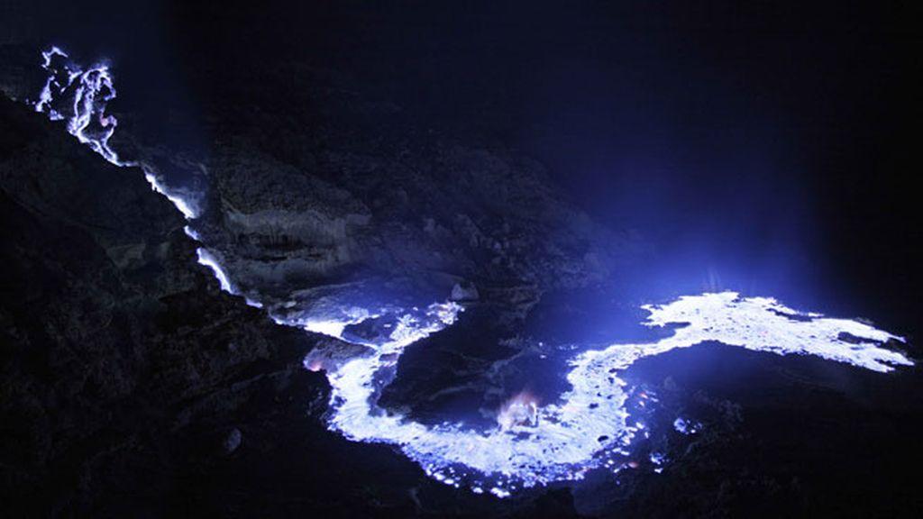 Un increíble río de lava azul en Indonesia