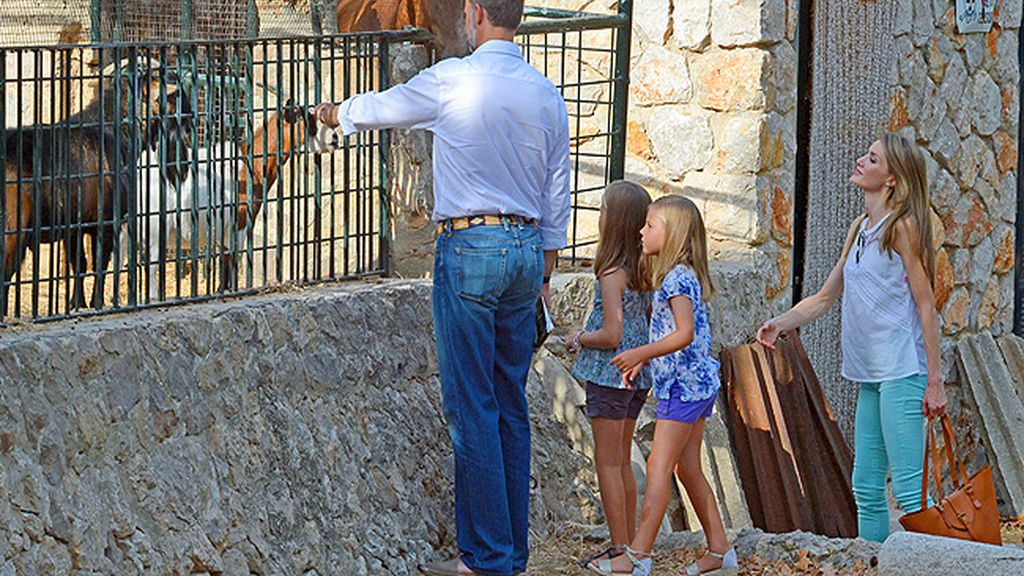 Recorrieron las instalaciones y se detuvieron con las cabras y los caballos