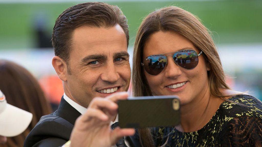 Fabio Cannavaro y su mujer, Daniela, se hicieron un 'selfie' en las gradas