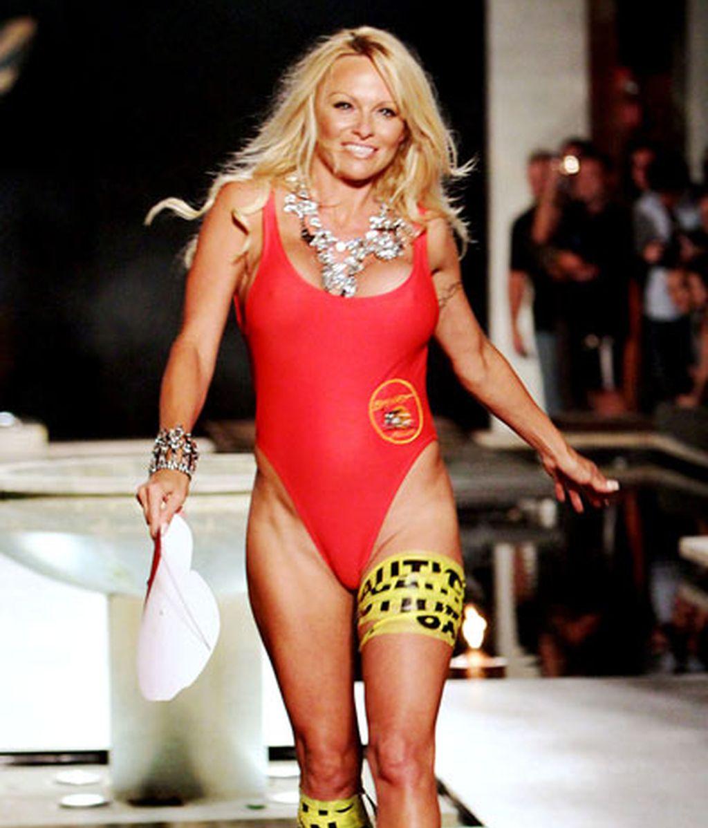 Pamela Anderson reaparece con el bañador rojo