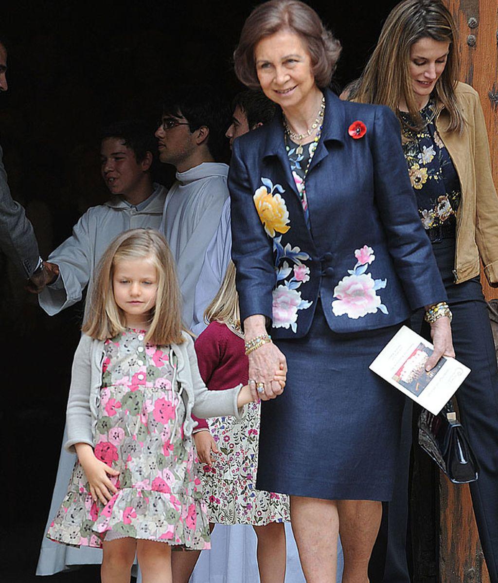 El Príncipe Felipe acude a la misa de Pascua con las mujeres de la casa